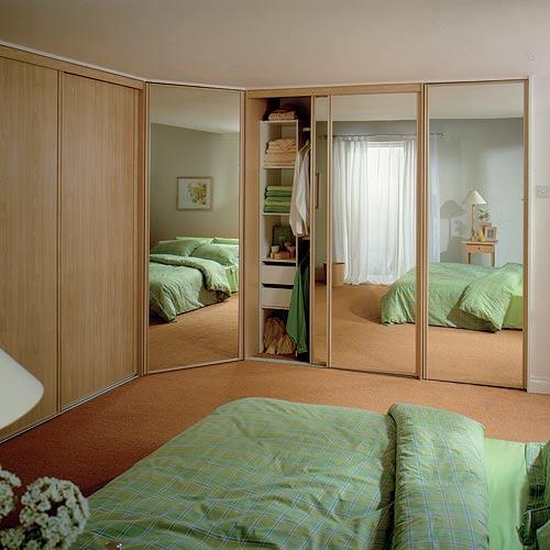 Шкафы купе дизайн в спальню с диваном