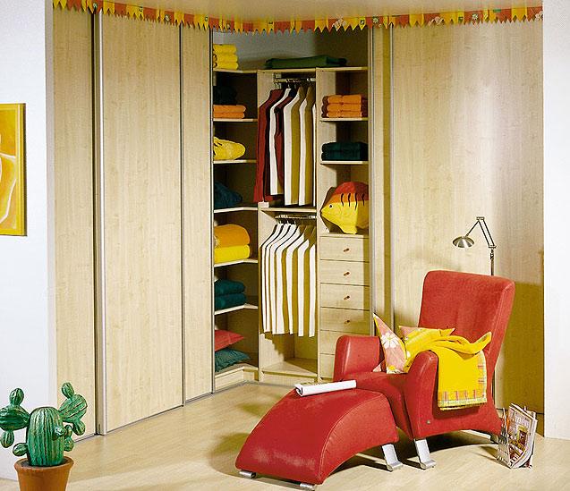 Угловой шкаф в кабинете или гостиной